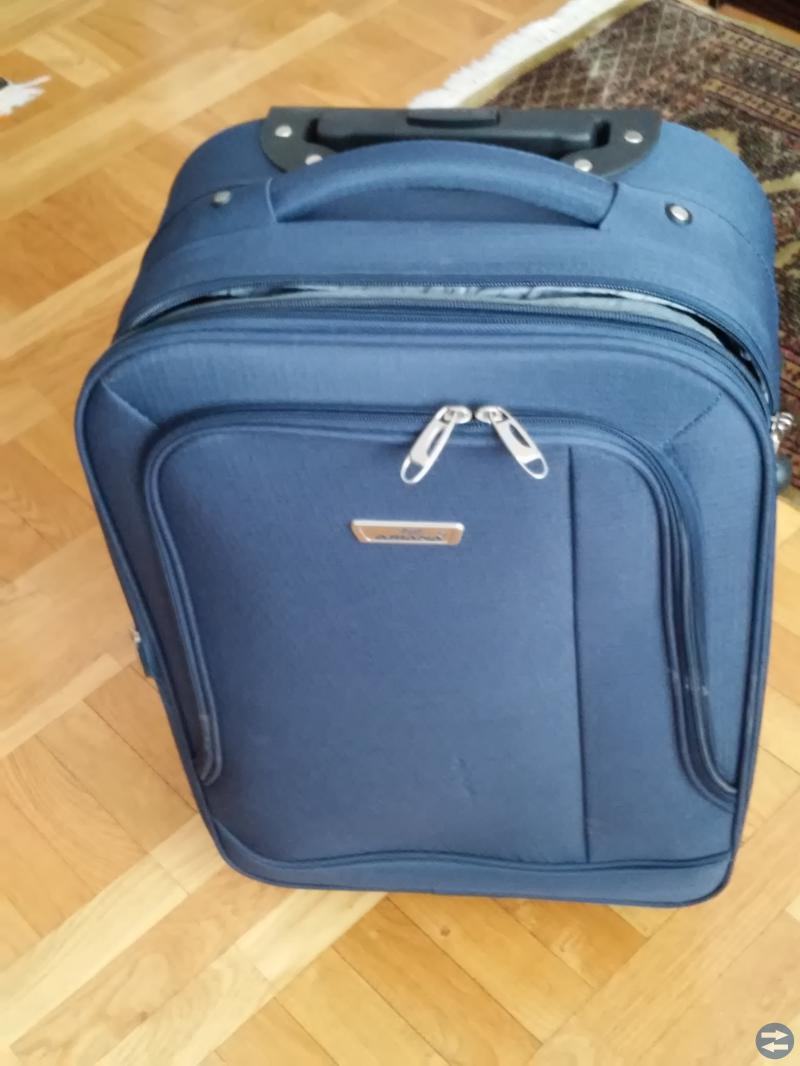Kabinväska med fyra hjul 0 höjbar.