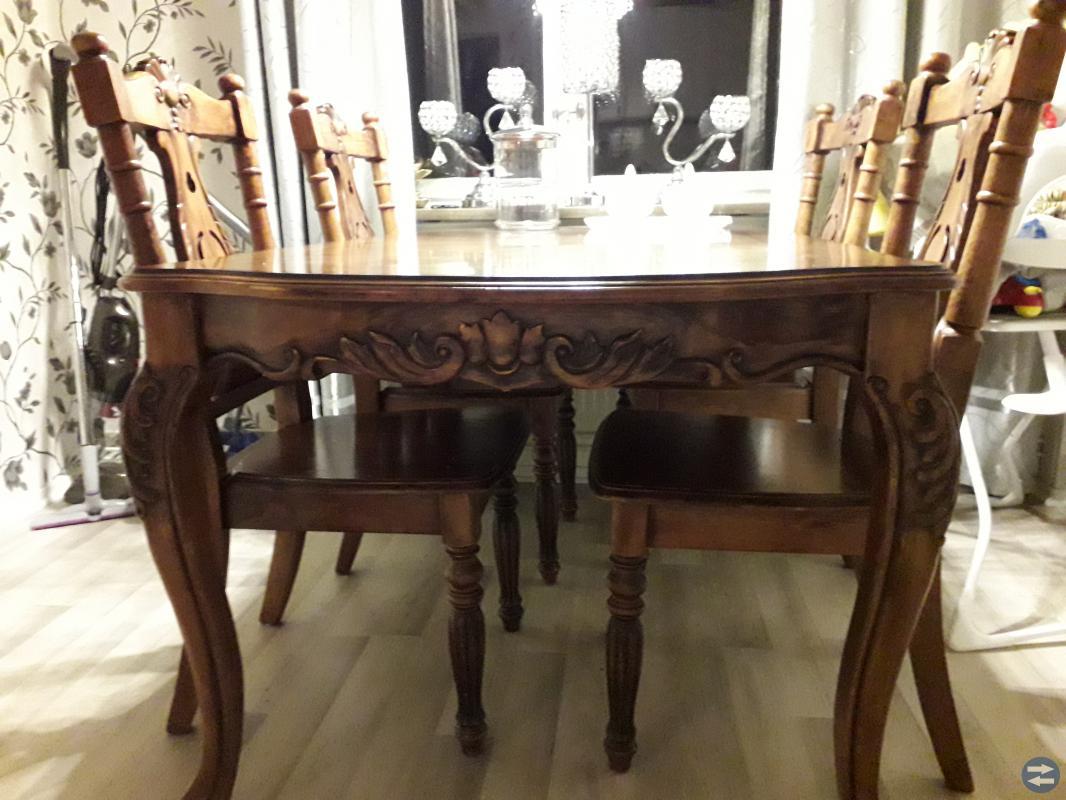 Massivt matbord med 4 stolar