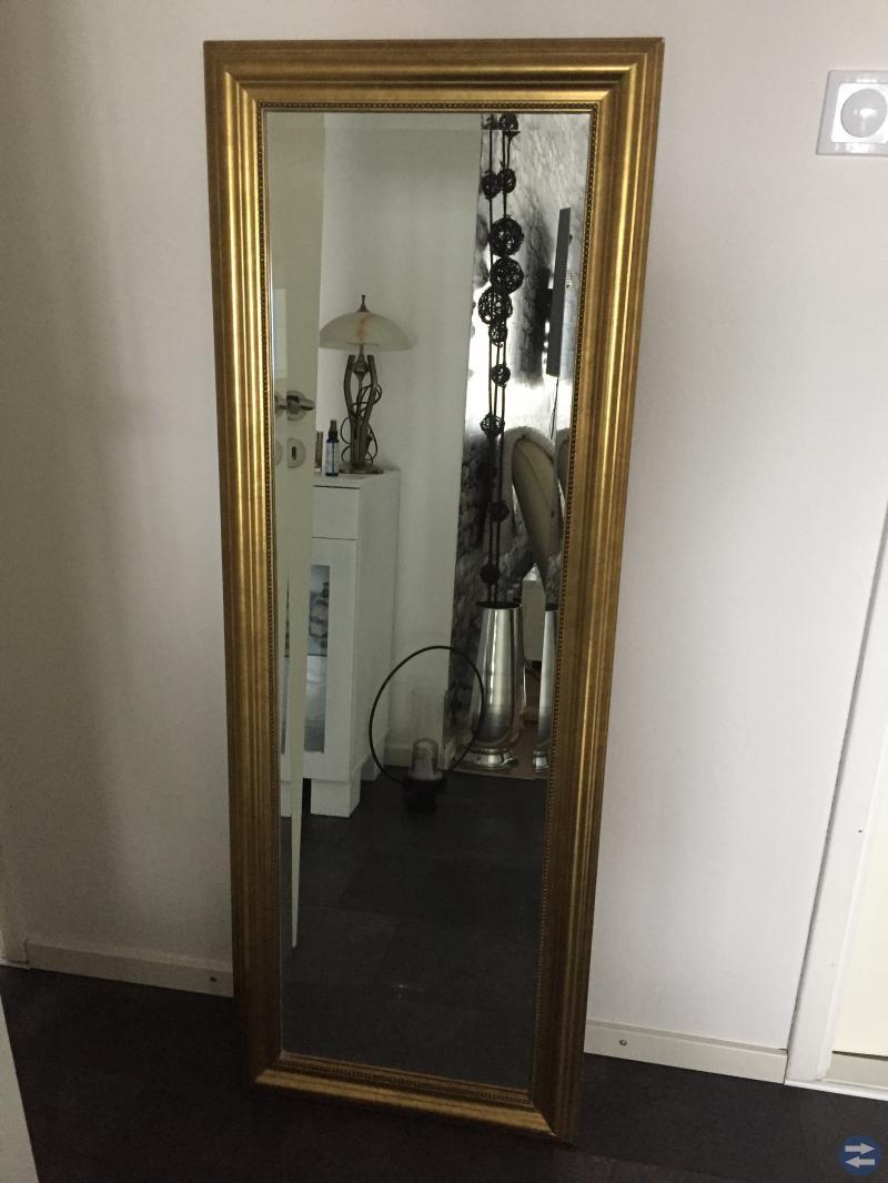Spegel med guld ram