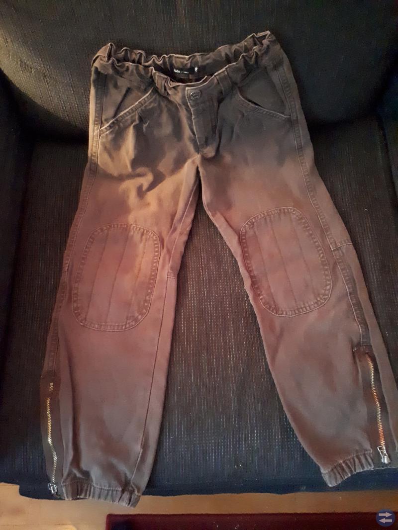 Bruna jeans för killen i stl 122