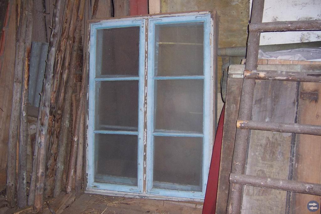 Fönster, spegeldörrar, spisdelar och stakar.