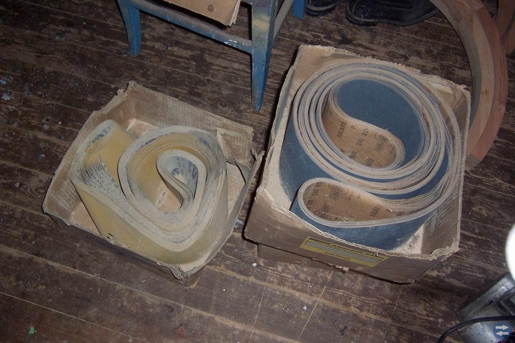 Långbands-putsband, spisdelar, tegelsten, stakar.