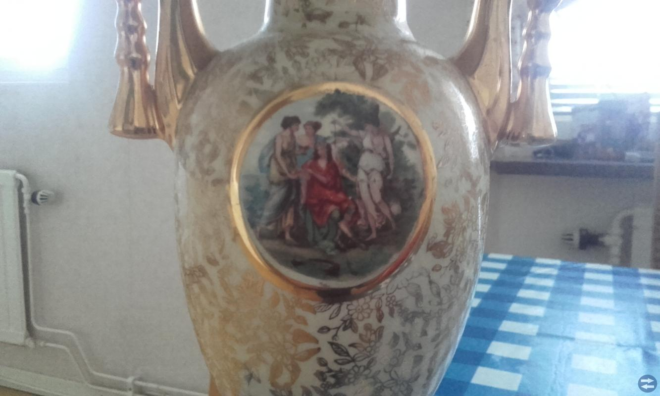 Skinnjacka, glaskaraff, tavla och gammal urna/vas