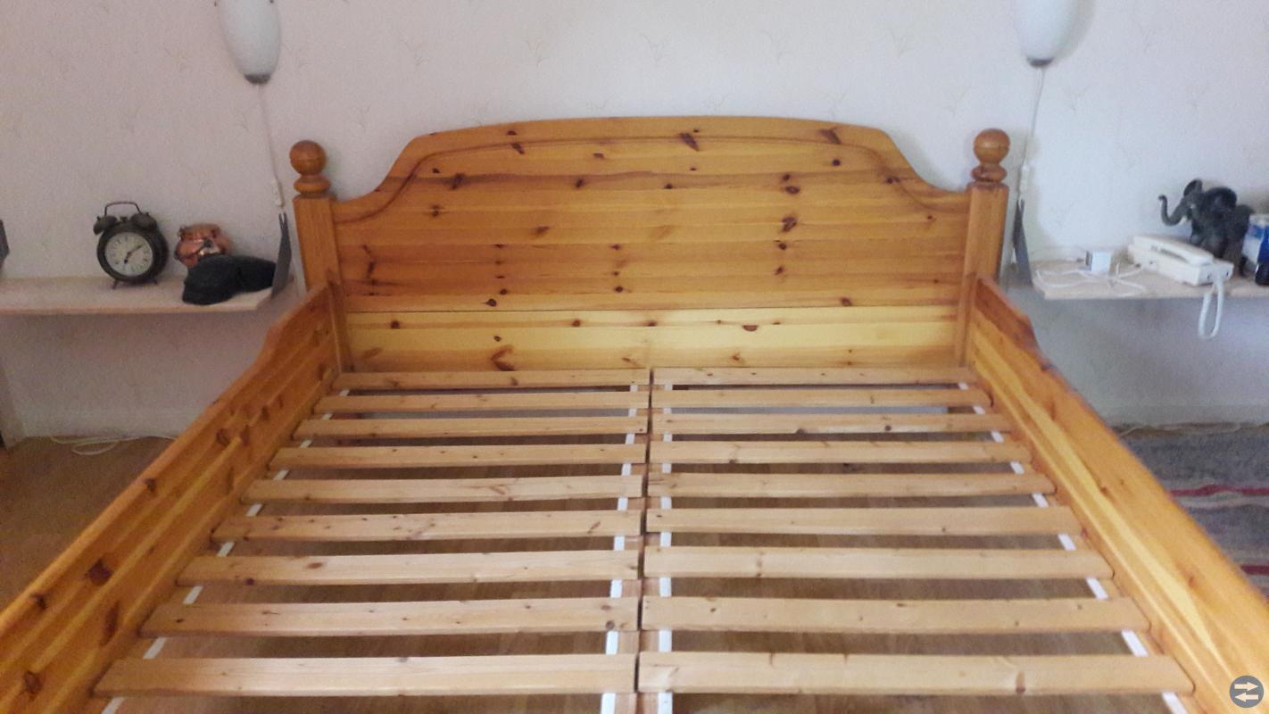 Dubbel säng i furu