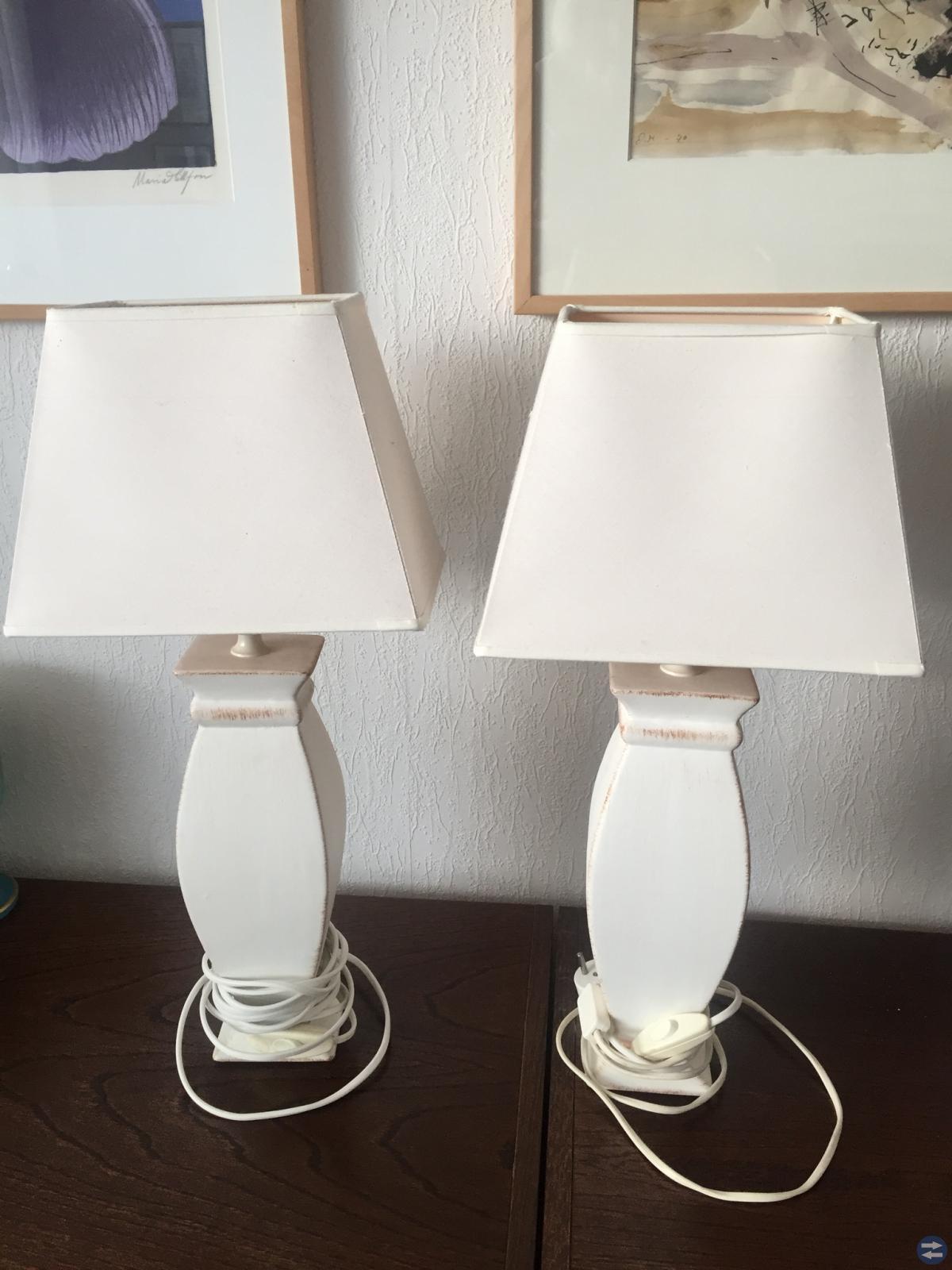 Två beige/ vita bordslampor.