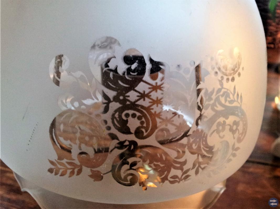 Gammal fin bordslampa med frostat glas