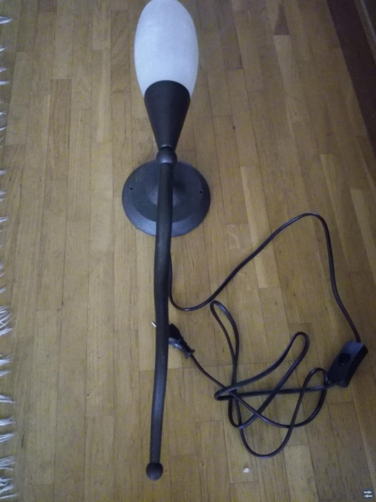 Vägglampa i svart metall och frostat glas, 62 cm