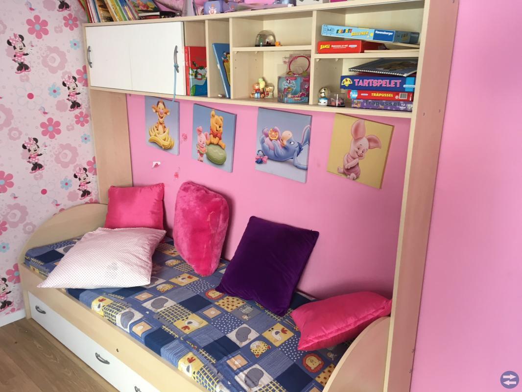 Säng med bokhylla