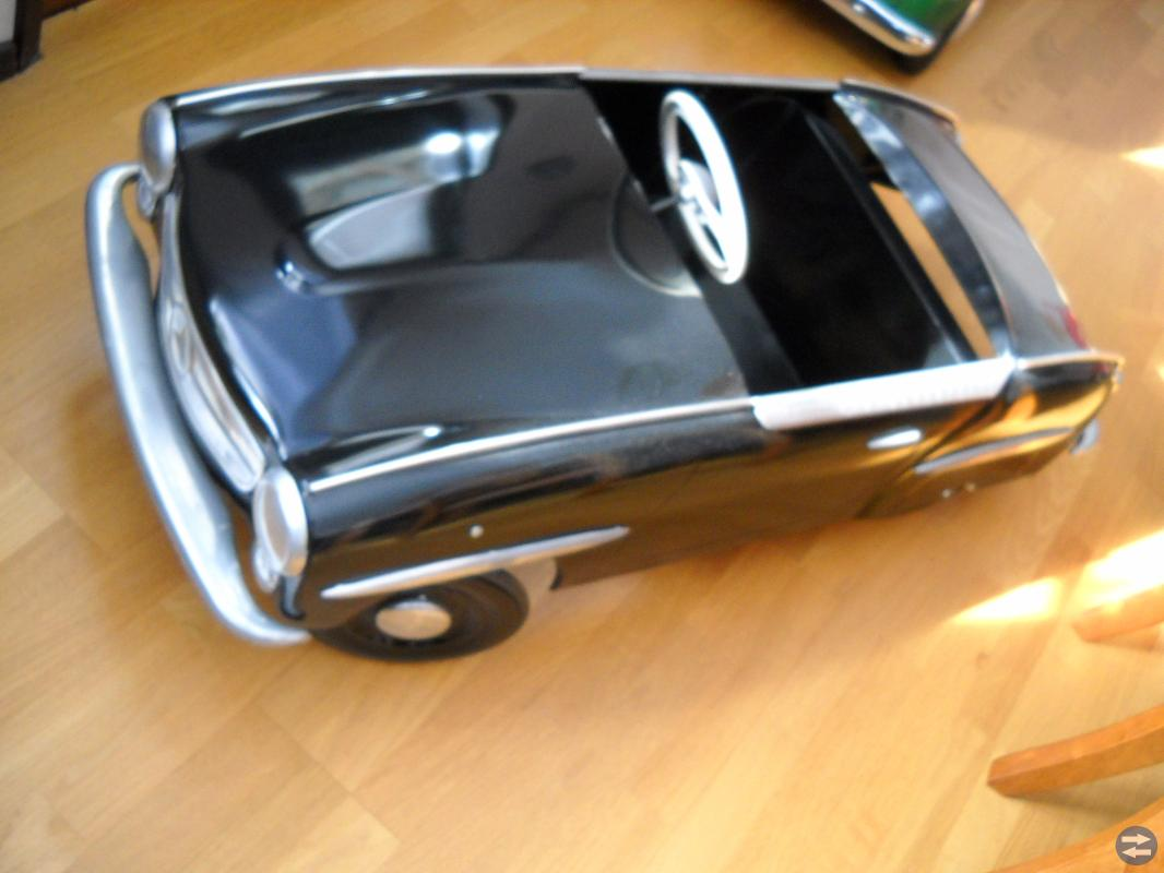 Äldre trampbil i plåt Mercedes