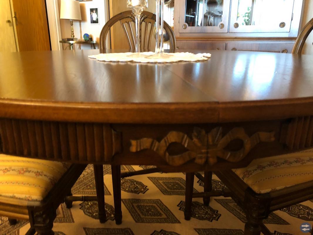 Gustaviansk inspirerat matsalsbord inkl 4 stolar