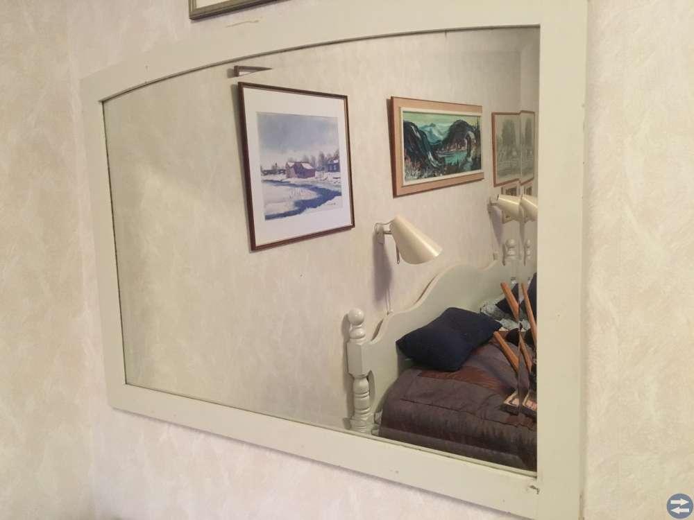 Vit byrå samt spegel