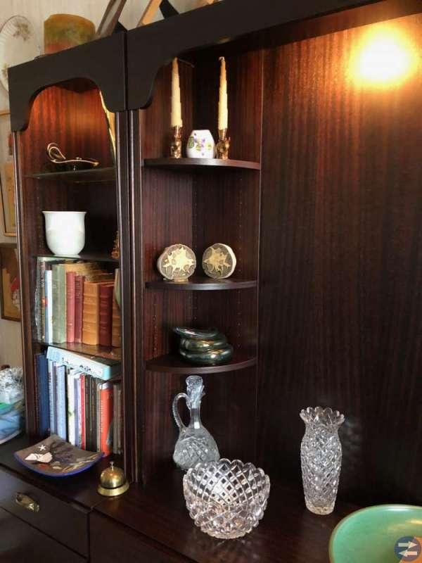 Mycket stilfull bokhylla med vitrinskåp i mörk ek.