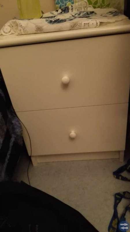Fotöljer säng skrivbord