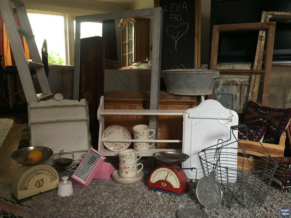 Skänkar skåp kistor korgar retro antik loppis 50