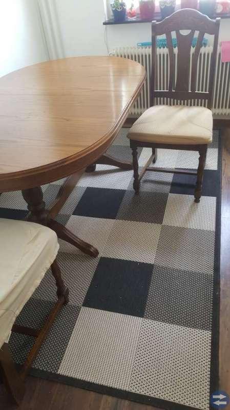 6 stolar och bord med inläggsskiva.