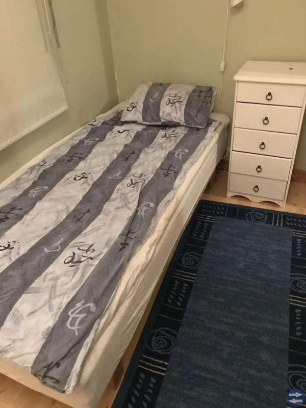 Bokhylla, säng och byrå
