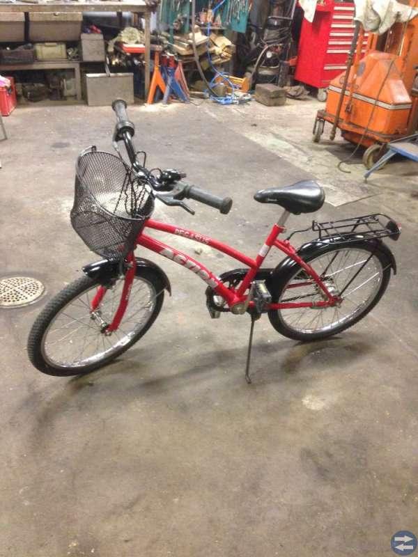Röd svart flickcykel med korg ,passar för 5-8 år .