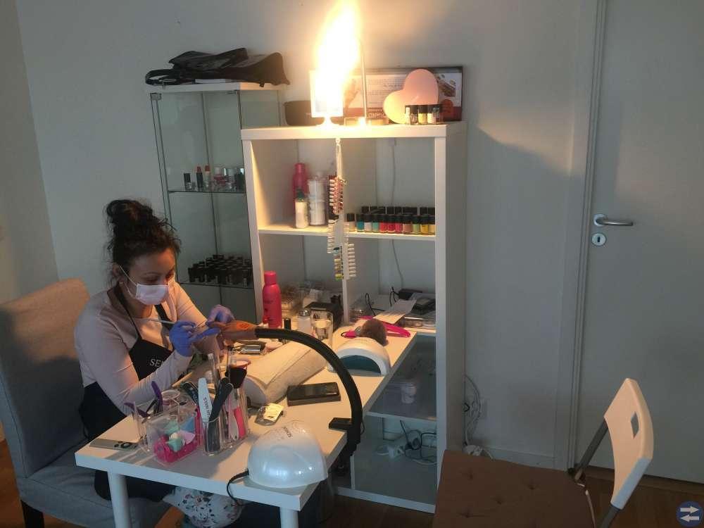 Gele,Akryl naglar och makeup