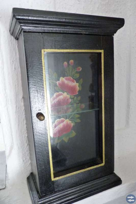 Miniatyr vitrinskåp med 1 glashylla