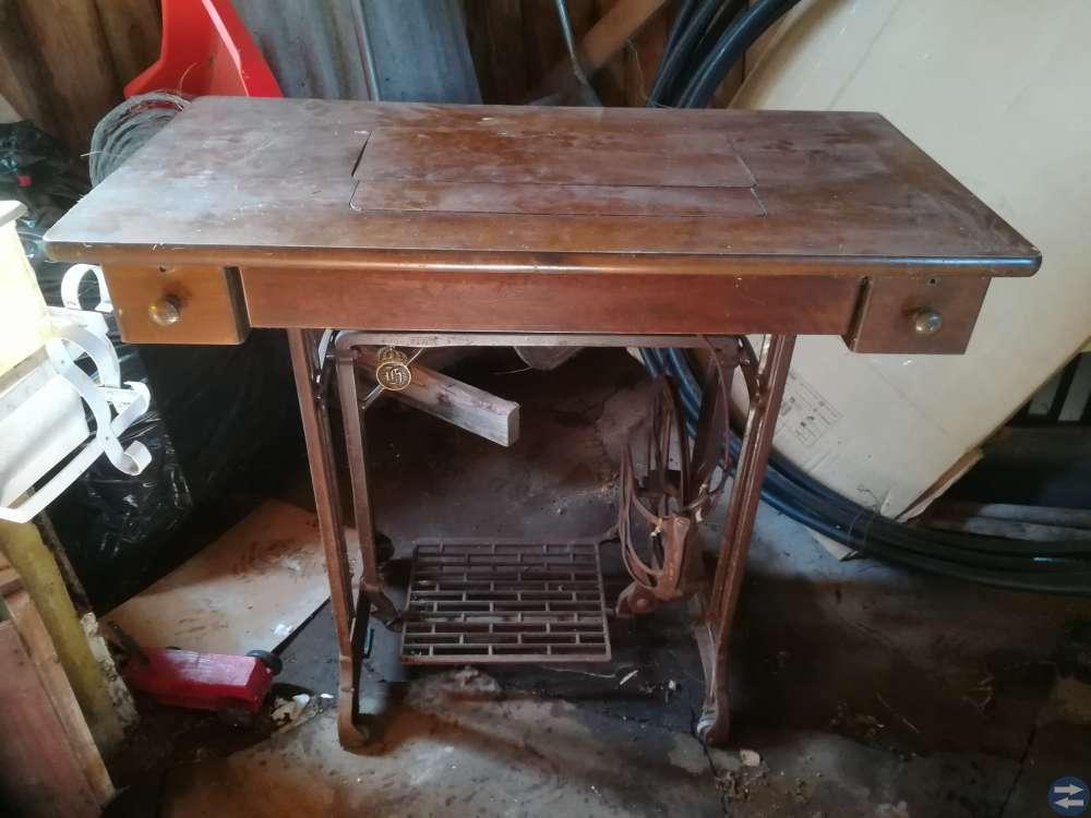 Gammal symaskin med bord