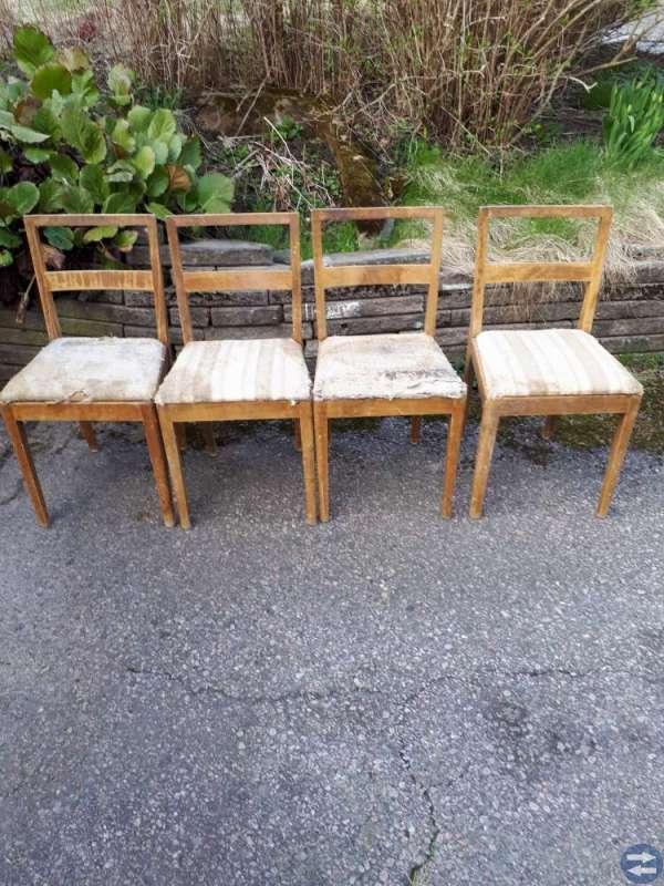 Fyra stolar med klädda dynor