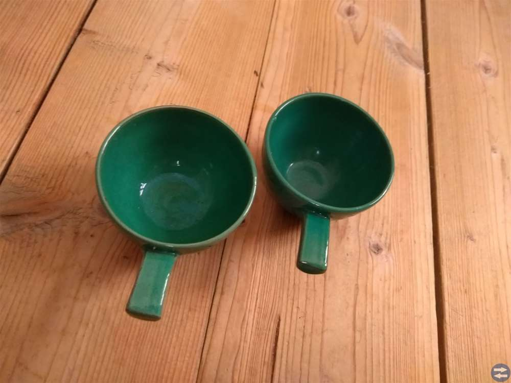 Två koppar av Krukmakaren Höganäs KN