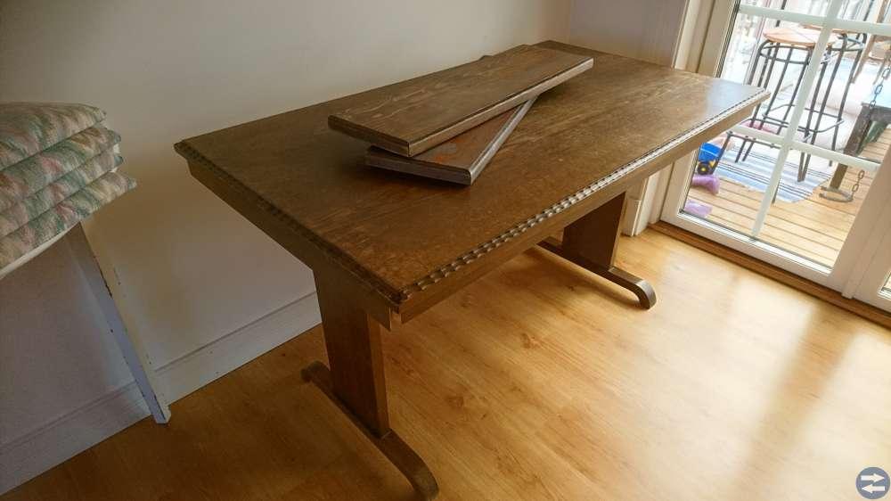 Äldre bord med 4 stolar