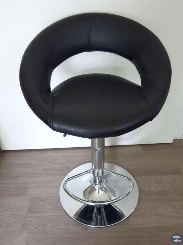 Snygg, stilig barstol i svart konstläder med krom