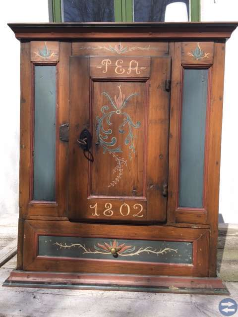 Charmigt antikt skåp från 1802 med originallås