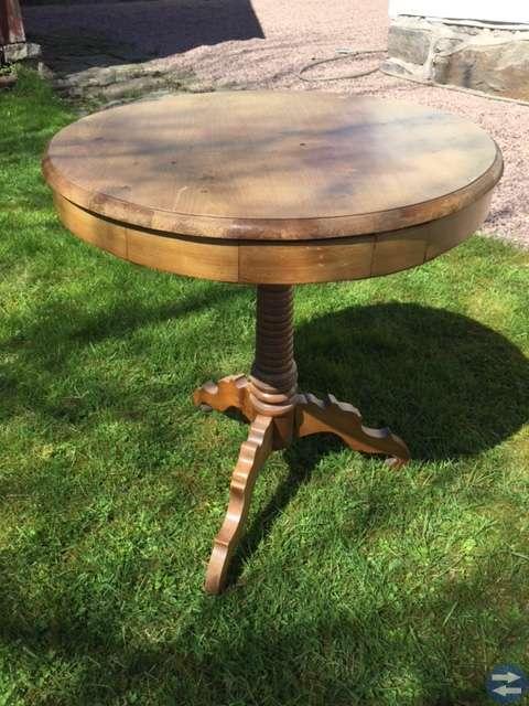 Antikt litet charmigt bord med svarvad pelare.
