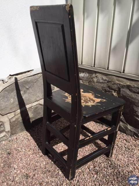 Fn gammal målad stol från 1700-talet