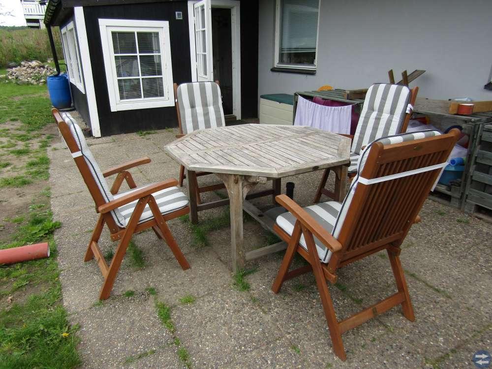 Stort åttakantigt bord + 4 positionsstolar