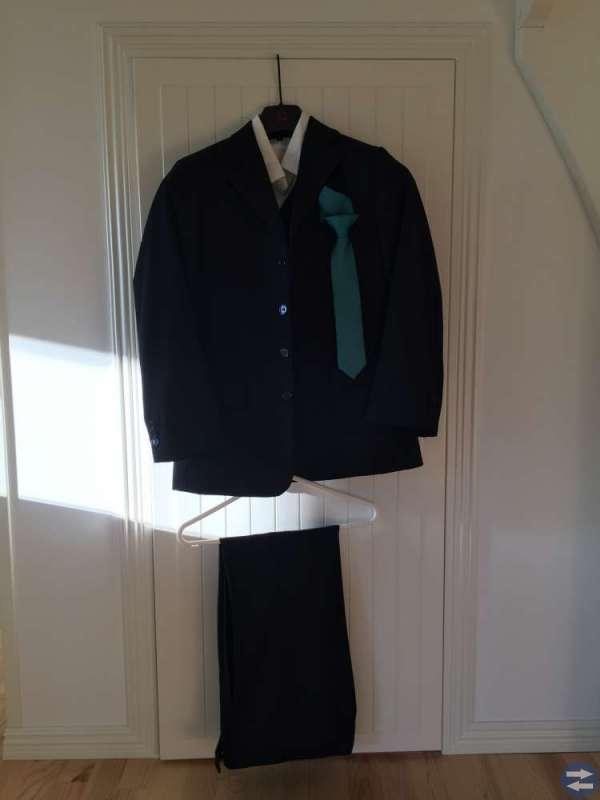 Kostym (Kavaj, byxor, väst, skjorta st 158, slips)
