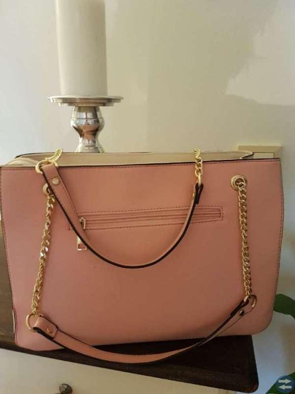 Finaste väskan i rosa/vit med pälsboll, ny!