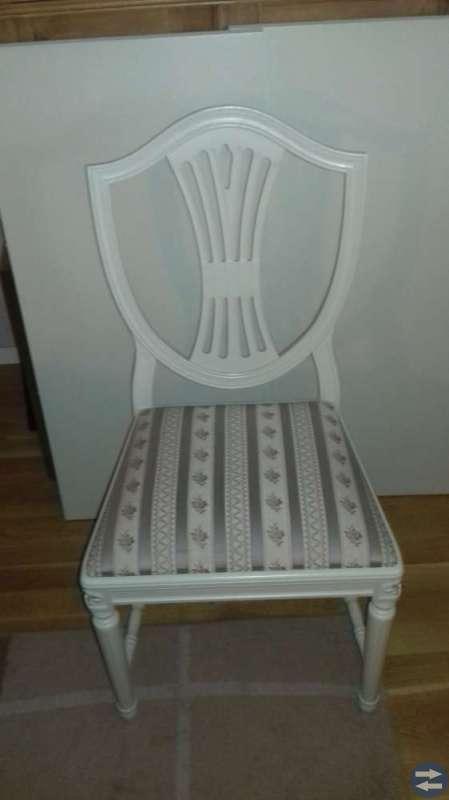 Matgrupp: bord, stolar, hörnskåp
