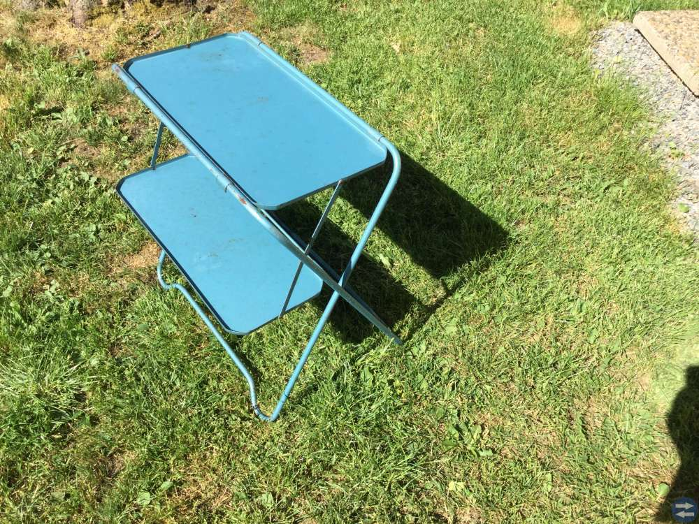 Litet plåtbord med underhylla