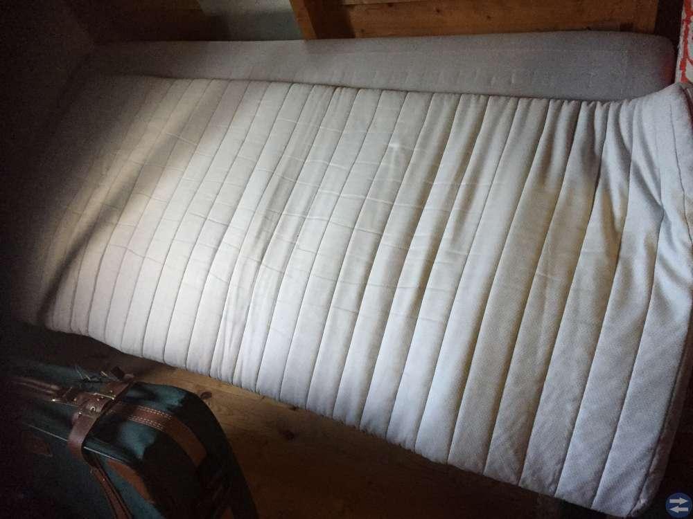 Dubbelsäng och ett soffbord