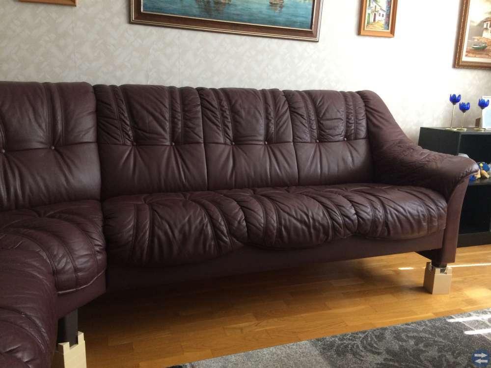 En vinröd soffa med 7 sittplatser.