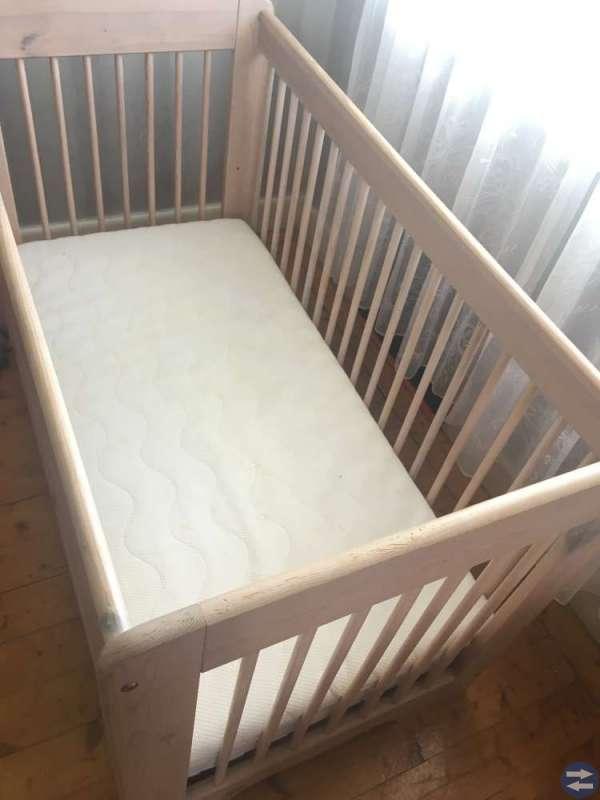 En jättefin spjälsäng med 2 madrasser