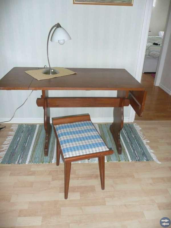 Köksbord med två stolar och en pall