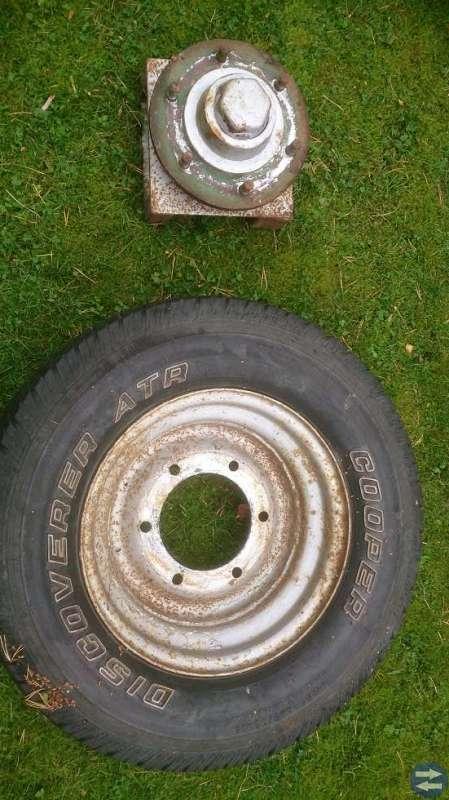 4 däck på fälg med axlar för vagn