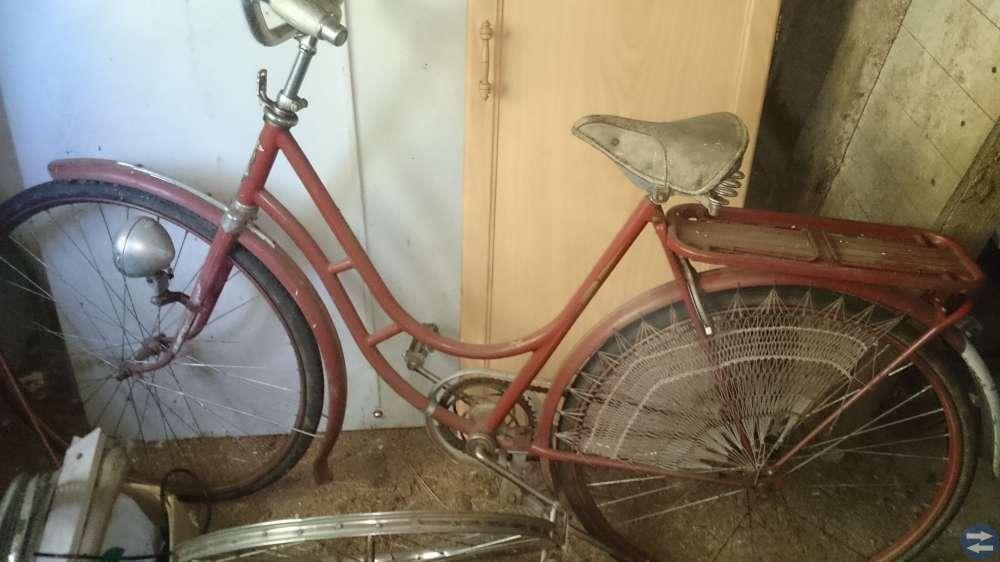 Hermes damcykel och div andra cyklar och ramar