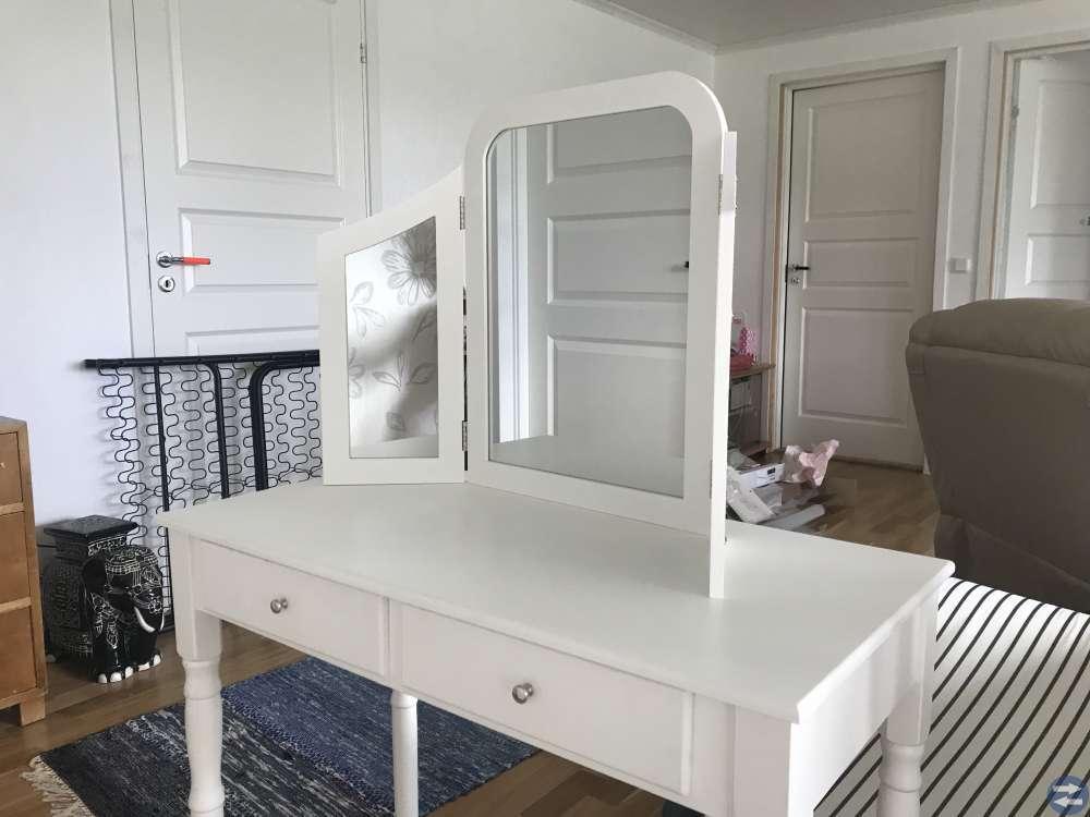 Sminkbord med vikbar spegel