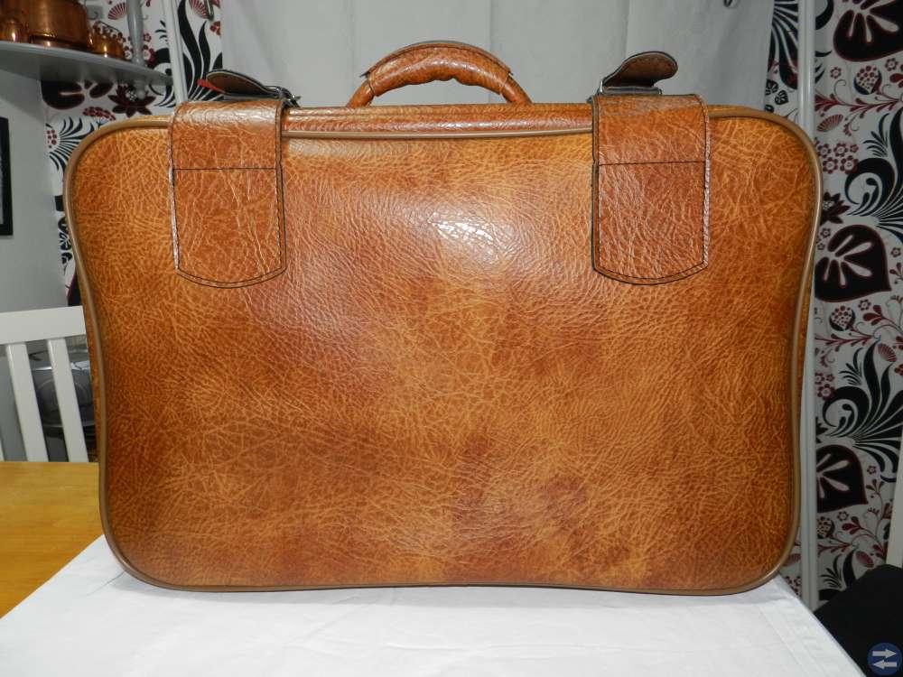 Resväska i brun-melerat läder?