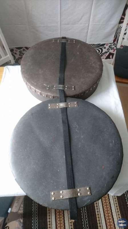 Gammal rund förvaringsbox med lås/bärrem