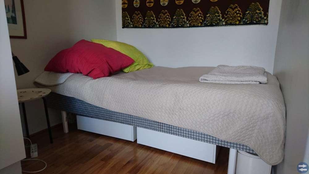 Säng, resårbotten inkl bäddmadrass och ben hämtas
