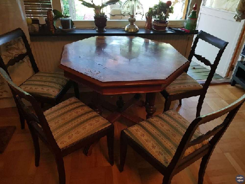 Fina bord och svart skinnsoffa