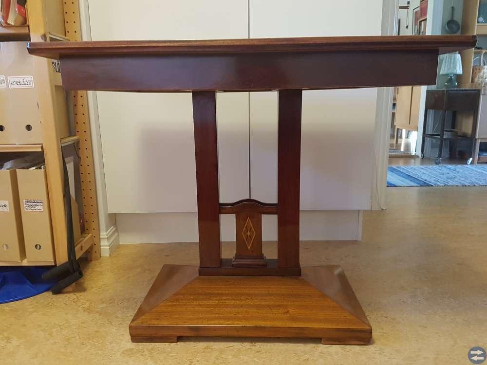 Antikt biedermeierbord i mahogny.