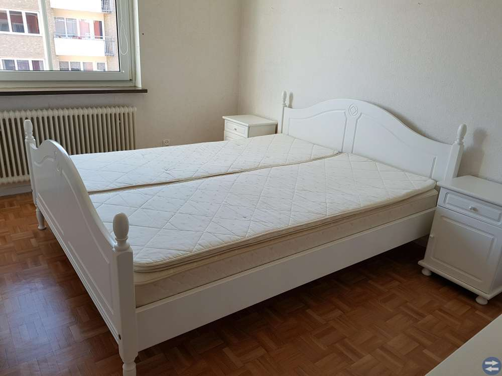 Dubbelsäng med sängbord
