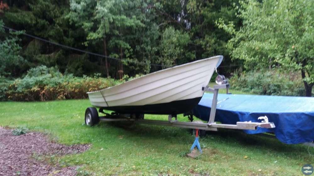 Plastbåt med motor, åror och trailer